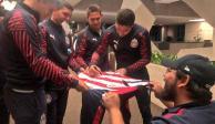 Los aficionados de Chivas hicieron fiesta con su equipo en el hotel