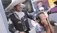 Vadhir Derbez sorprende a su padre con mariachi en programa de radio