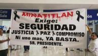 Reciben a López Obrador en Minatitlán con exigencias de justicia