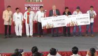 AMLO entrega recursos de subasta de autos a dos municipios de Oaxaca