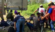 "Rescatan a 105 migrantes abandonados por ""polleros"" en NL"