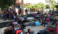 """FOTOS Y VIDEO: Migrantes piden """"aventón"""" y llegan a Mapastepec"""