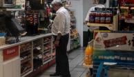 Captan a López Obrador comprando un café en un Oxxo