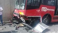 Unidad del Metrobús y camioneta protagonizan choque frontal en Xola