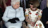 Sorprende reina Isabel II al acudir al Fashion Week London