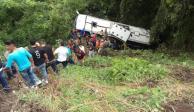 Autobús cae a barranco y deja 8 muertos en Nayarit