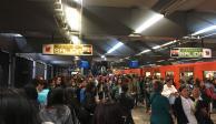 Falla en la Línea3 del @MetroCDMX - - Tlatelolco con dirección a universidad, los usuarios salieron de la estación por lo denso del humo, comenza