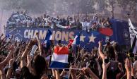 Miles de aficionados reciben la Copa del Mundo y a los campeones en París