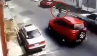 Estos ladrones se avientan contra los autos para que se detengan y asaltarlos... Adoro los
