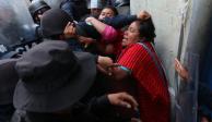 FOTOS: Previo al Grito, desalojan plantón de triquis en Centro de Oaxaca