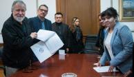 Nestora Salgado entrega a Segob lista de posibles beneficiarios de amnistía