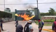 VIDEO: Con bombas molotov normalistas atacan Batallón de Iguala