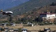 Así se aterriza en el aeropuerto de Bután, el más peligroso del mundo