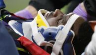 VIDEO: Cuco sale del campo en camilla tras quedar inconsciente