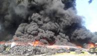 Incendio en depósito de llantas alarma en Zinacantepec
