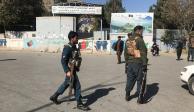 Policías afganos vigilan el plantel escolar que fue atacado en Kabul.