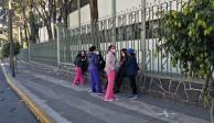 Personal de salud COVID espera aplicación de vacuna de Pfizer afuera del Hospital Militar Chivatito