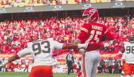 Jugadores de los Chiefs celebran una acción del duelo de la ronda divisional ante los Browns de Cleveland