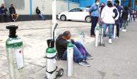 Personas esperan desde las 6 am para recargar sus tanques de oxígeno, ayer.