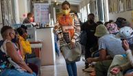 voluntarios esperan recibir una vacuna en el Hospital Chris Sani Baragwanath de Soweto, Sudáfrica.