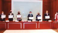 El secretario de Hacienda, Arturo Herrera, (centro) acompañado de representantes del Gobierno y del sector privado, ayer.