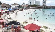 Bañistas llenan las playas de Cancún, ayer.