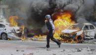 Bombero israelí acude a una zona bombardeada por Hamas en Ashkelon,  en Israel,  el pasado 11 de mayo.