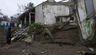 Un hombre parado frente a los bares de la playa dañados que fueron destruidos cuando el huracán Grace azotó la costa con lluvias torrenciales, en Costa Esmeralda, cerca de Tecolutla, México