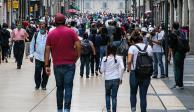 Una familia caminando por la calle de Madero en el Centro Histórico de la CDMX