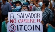 Una persona sostiene un cartel que dice 'El Salvador no quiere Bitcoin' mientras la gente participa en una protesta contra el uso de Bitcoin como moneda de curso legal, en San Salvador, El Salvador, el 7 de septiembre de 2021