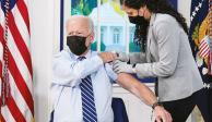 El presidente Joe Biden recibe la tercera dosis antiCovid, ayer, en la Casa Blanca.