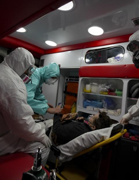 Paramédicos aguzan sus sentidos para responder al llamado de auxilio de enfermos por Covid-19.