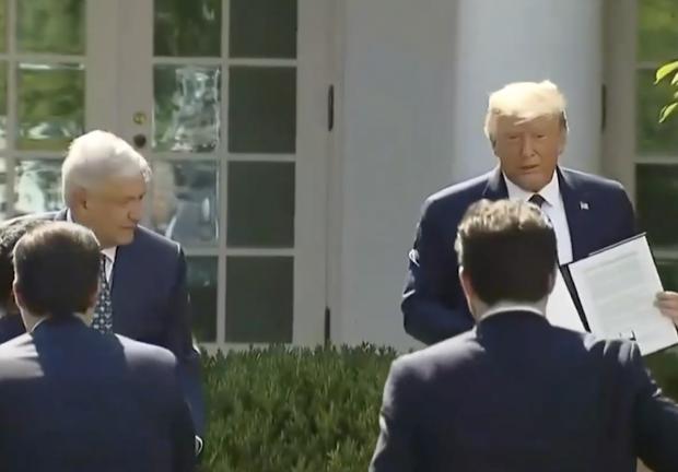 Momento en el que López Obrador y Donald Trump firman el documento.