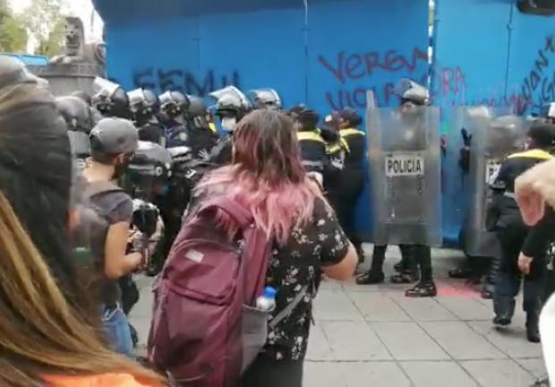 Manifestantes vandalizan monumento de la Glorieta a Cuitláhuac