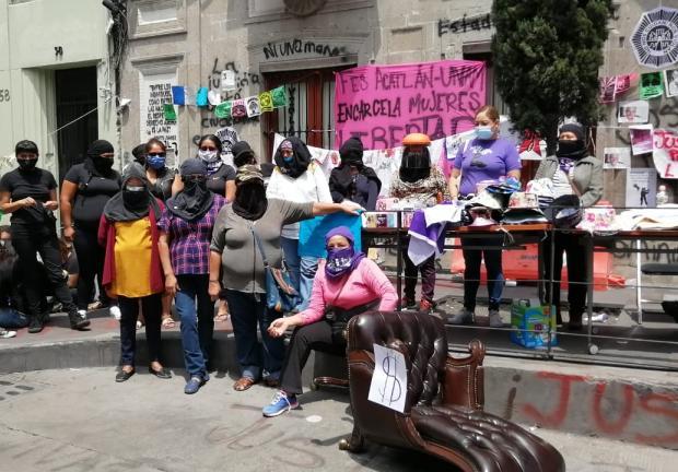 Mujeres que tomaron la CNDH aseguran que se van a defender.