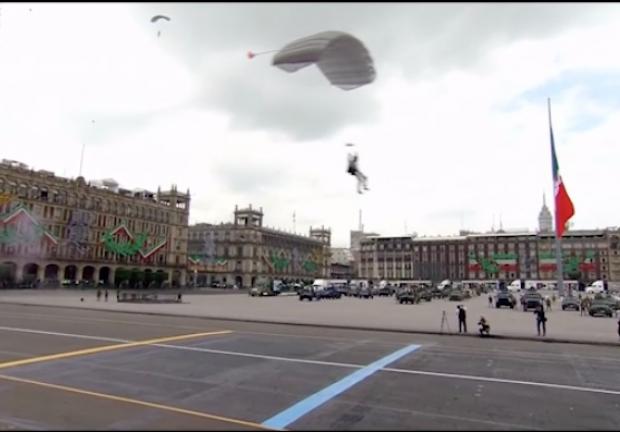 Paracaidistas del Ejército mexicano realizan saltos de precisión.