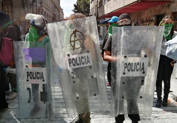 El bloque negro ataca a policías de CDMX.