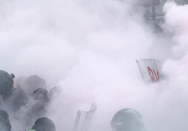 Manifestantes, observadores de derechos humanos y activistas fueron rociados con gas pimienta.