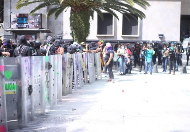 """¡Déjennos salir!"" gritan las activistas encapsuladas."