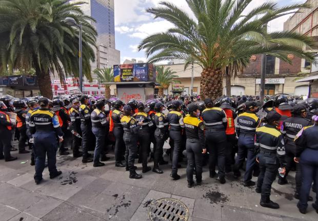 Policías lanzan gases a manifestantes.