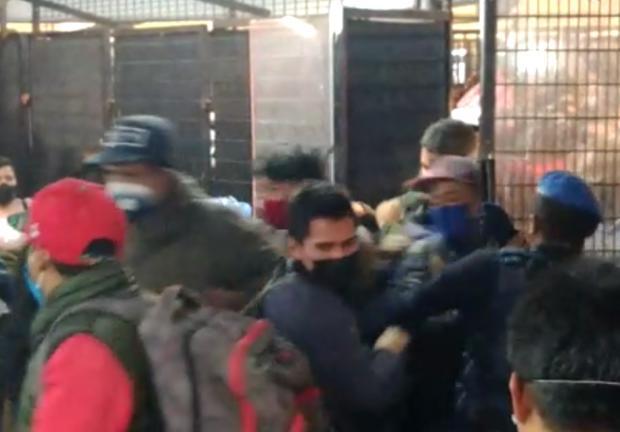 Policías forcejearon para cerrar la reja de acceso a los andenes.
