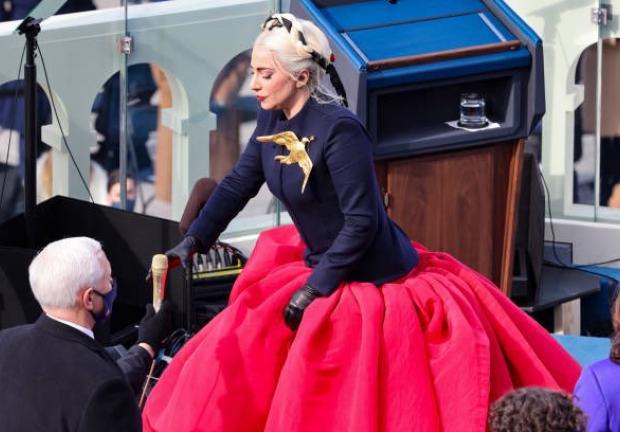Lady Gaga canta el himno nacional
