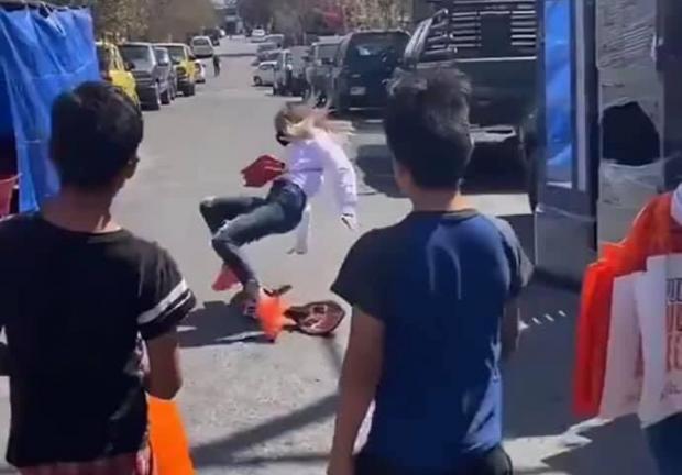 Mariana Rodríguez se cae