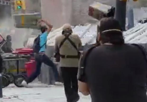 En el video se puede ver a un hombre atacar a las policías con un valla.