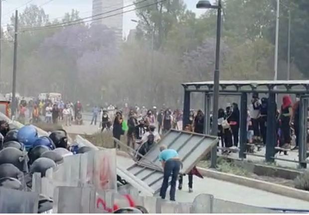 Hombres infiltrados en la marcha atacan a policías en la inmediaciones del metro Hidalgo.