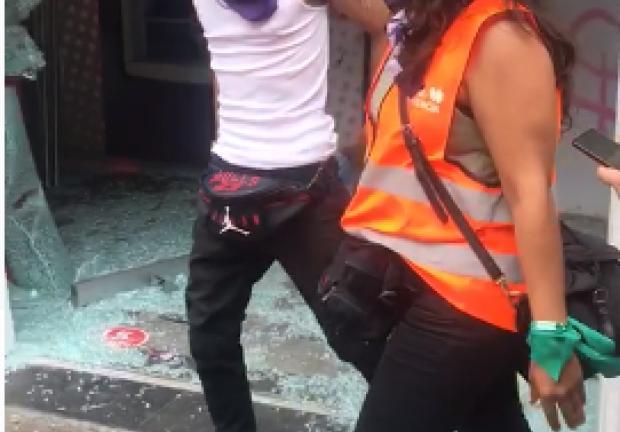 En la calle 5 de Mayo se registró la participación de un hombre embozado, que habría participado en la vandalización.