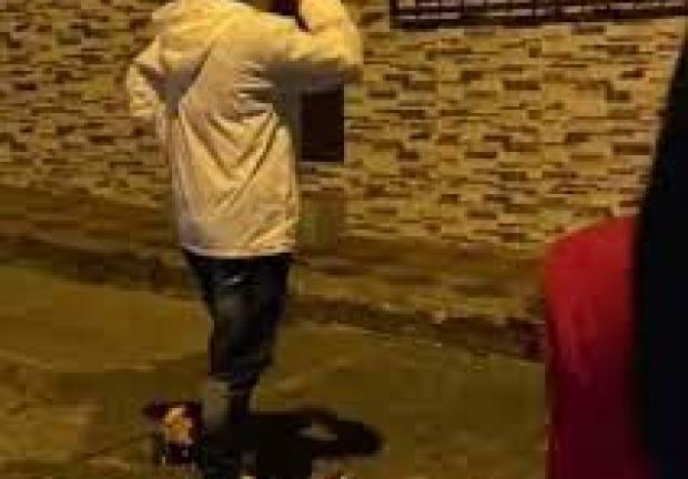 Hombre lleva serenata y encuentra a su novia con otro