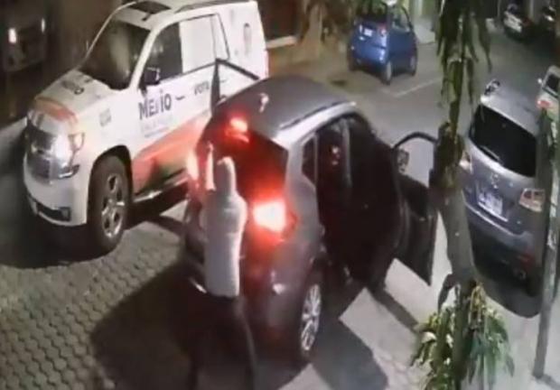 En el video se observa cómo dos sujeto bajan de un automóvil con un arma larga y pistola para comenzar a agresión.