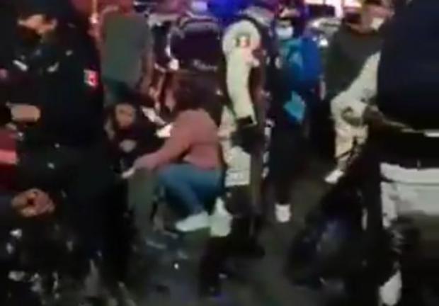 Automovilista atropellada a cinco motociclistas