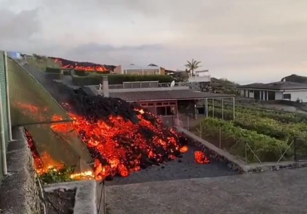Lava de volcán entra a casas en La Palma, en Canarias